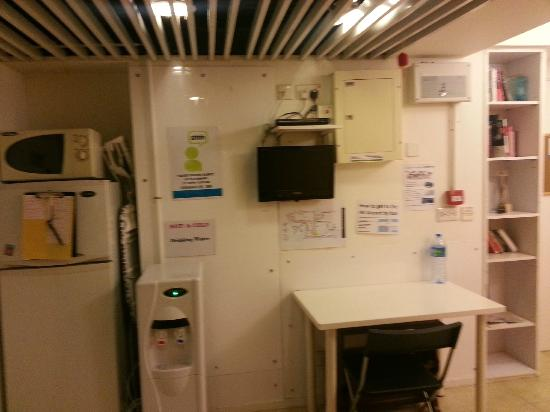Yesinn Hostel Fortress Hill: free to use fridge, entertainement, microwave and water dispenser