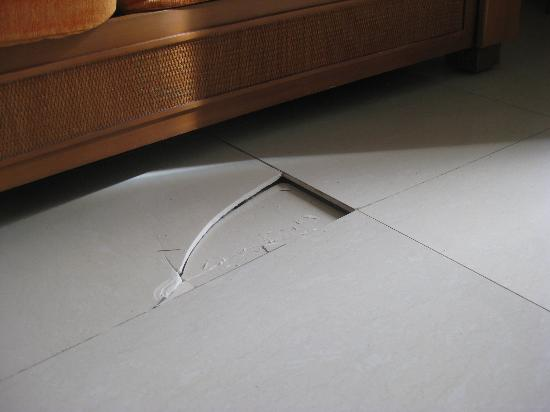 Grand Sirenis Mayan Beach Resort & Spa: Cracked tile and bowed floor.
