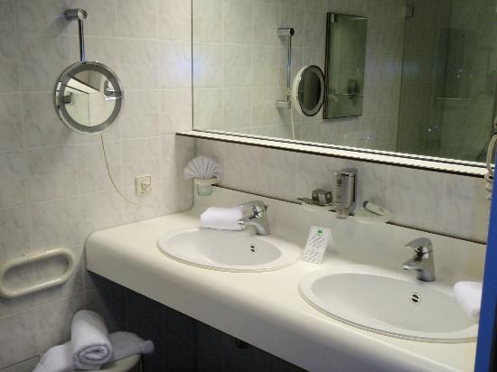 Exquisit Hotel: Bathroom
