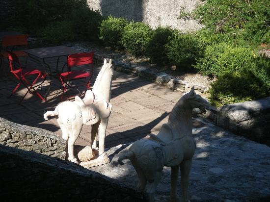 Le Clos des Amandiers: La terrasse et ses statues chinoises