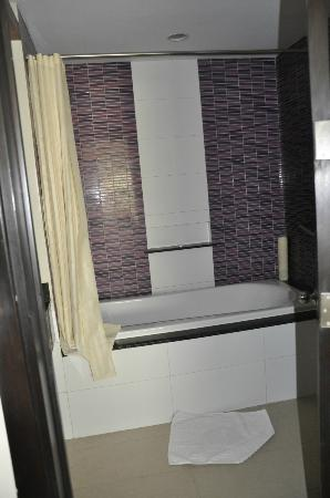 Hotel Elizabeth Cebu: bathroom