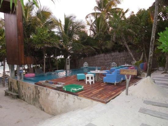 Be Tulum Hotel: piscina con cascata d'acqua...