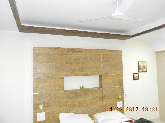 Hotel Om Sai International : Deluxe room - interiors