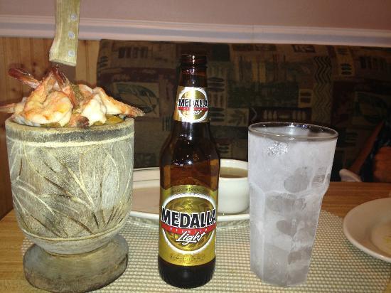 Olympia Heights, Floride : Mofongo with Garlic Shrimp & Medalla (Puerto Rican Beer)...YUMMY!!