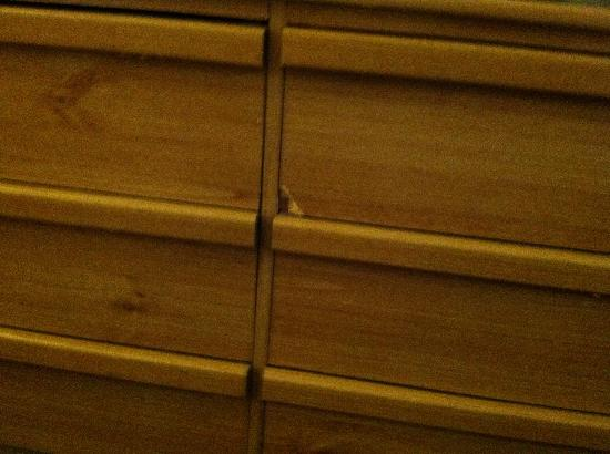 Hollywood Celebrity Hotel: Chipped dresser