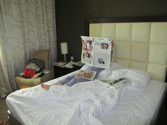 Flora Park Deluxe Hotel Apartments: Master bedroom, comfy beds and Morning Newspaper!