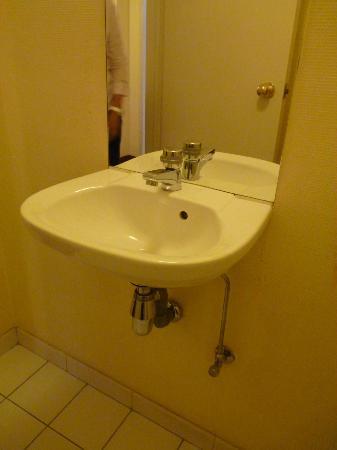 Hotel Brussels: El baño no tenia ni un solo colgador para la toalla