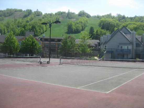 Mountain Springs Resort and Conference Centre: Tennis courts overlooking Ski hill and building #4
