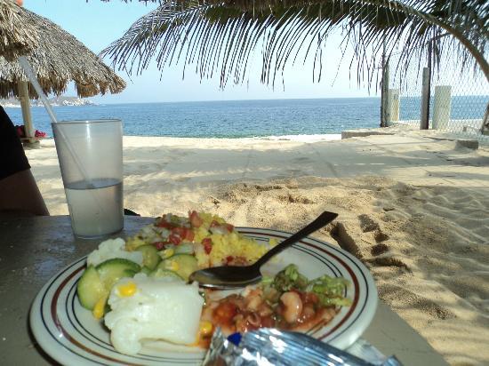 Hotel Castillo Huatulco Hotel & Beach Club: Una comida deliciosa a la orilla de la playa, no se puede pedir más