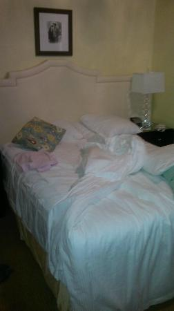 Hotel deLuxe: bed (I made it messy)
