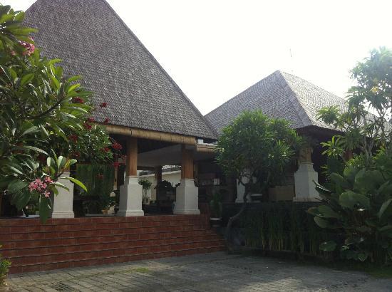 Villa Kayu Raja: Front facade of hotel