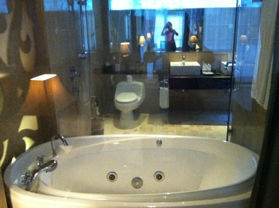 Villa Kayu Raja: Bathroom