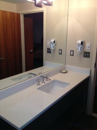 Harborside Inn: Bathroom