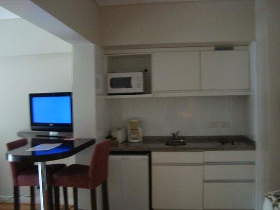 Livin' Residence: Cozinha com utensílios modernos.