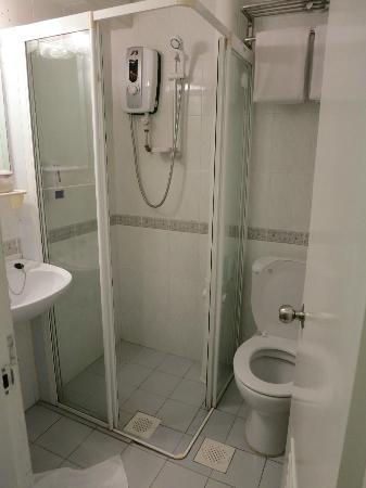 ‪بيراك هوتل: Small clean bathroom‬