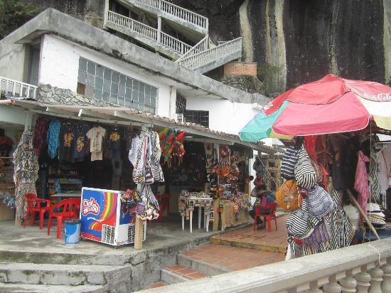 Piedra del Penol: Shops at the base of El Peñol.