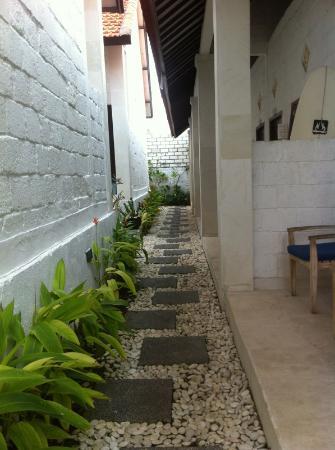 Padang Padang Breeze Homestay & Waroeng: Outside the rooms.