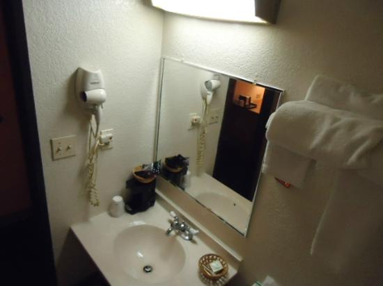 Super 8 by Wyndham Aberdeen MD: Bathroom