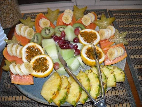 Hale Moana Bed & Breakfast: Petra's fruit sculpture for breakfast. Help yourself!!!