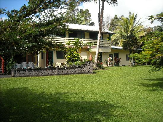 Hale Moana Bed & Breakfast: The Lanai Suite on the second floor and the Garden Suite on right