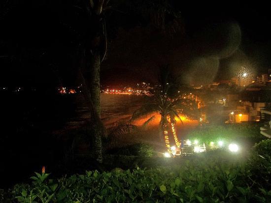 Bombinhas Tourist Hotel e Pousada: Vista nocturna desde el departamento playa de Bombinhas