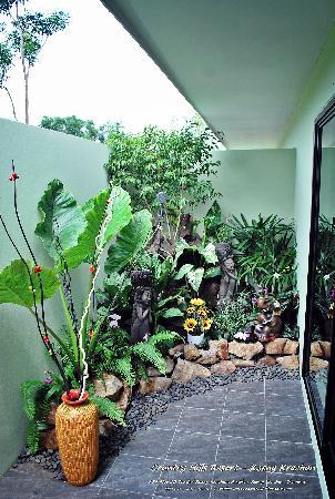 Country Hills Resort: Outdoor shower.