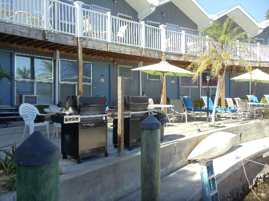 Dolphin Inn: Back of hotel with gas grills for guests