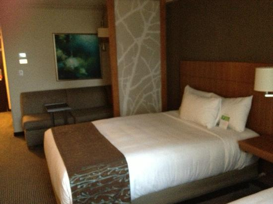Hyatt Place San Jose/Downtown : Bed and sitting area view
