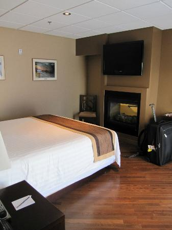 SKKY Hotel : Bedroom with double sided fireplace onto the bathroom
