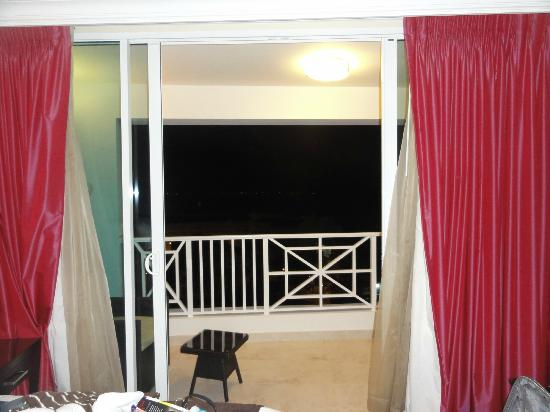 Ocean Two Resort & Residences: Balcony off bedroom