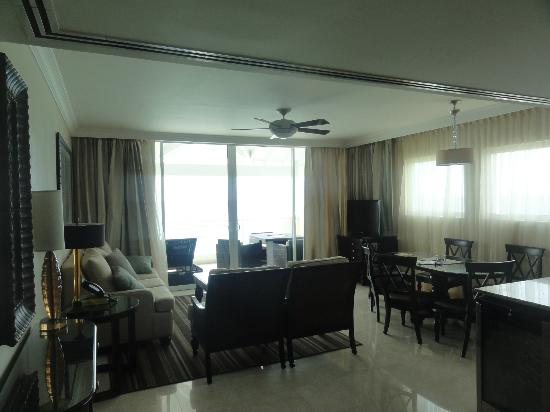 Ocean Two Resort & Residences: Living room of 2BR