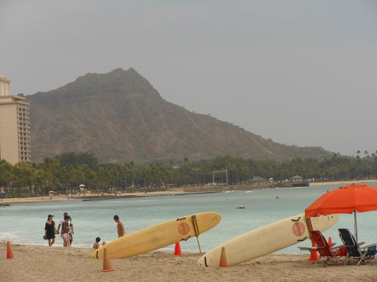 Outrigger Waikiki Beach Resort: Diamond Head Volcano from the beach front of the Hotel