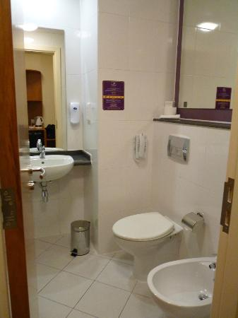 Premier Inn Abu Dhabi Capital Centre Hotel: bathroom