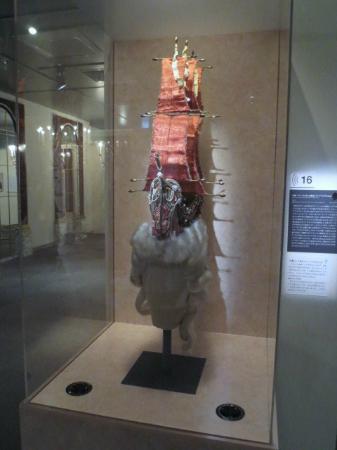 Sogo Museum of Art: 企画展で展示されたヘア・スタイル