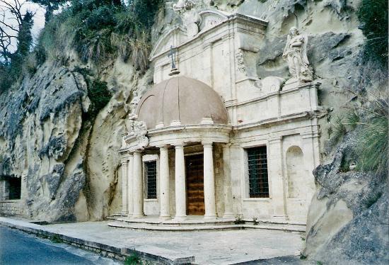Tempietto di Sant'Emidio alle Grotte: incastonato tra la roccia