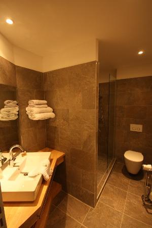 Une de nos chambres picture of domaine de cabasse - Chambre avec douche italienne ...