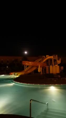 Kenzi Club Agdal Medina: Pool and slides at night