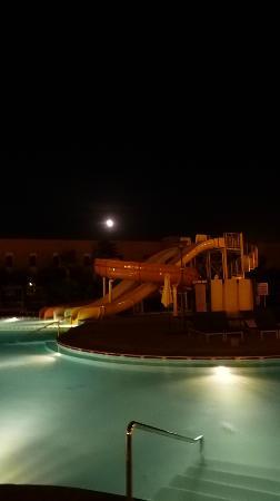 โฮเต็ล เคนซิ คลับ แอกดัล เมดิน่า: Pool and slides at night