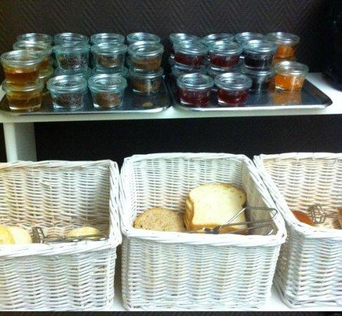 Hotel Carlton: fresh bread and jelly, honey,.. in really cute jars