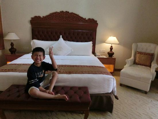 royale chulan kuala lumpur king bed with big pillows