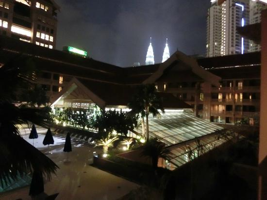 Royale Chulan Kuala Lumpur: Night view from the room - 3rd level (so, ask for high floor!)