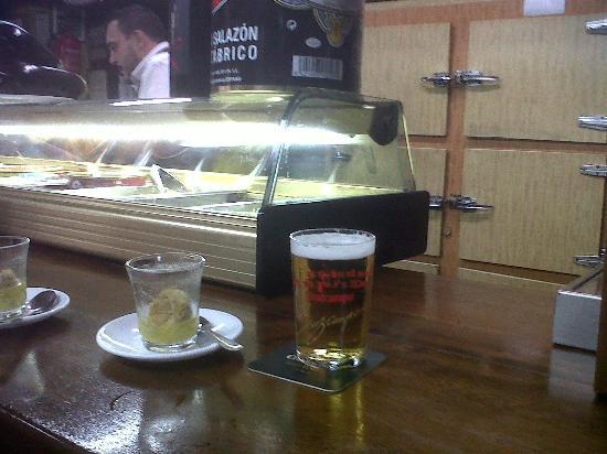 Taberna San Cristóbal: cerveza y tapa de albondiga en caldo