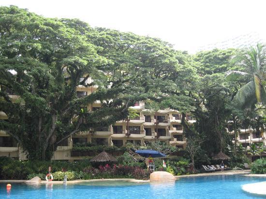Shangri-La's Rasa Sayang Resort & Spa: Innenbereich/Blick vom Pool zum Hotel
