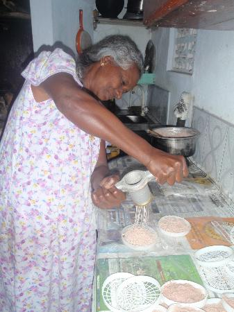 Pedlar62 Guest House: Ravi's mum making string hoppers