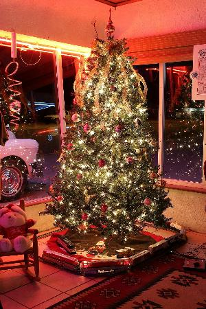 Blue Swallow Motel: The Christmas Holiday season is celebrated with a beautifully decorated lobby.