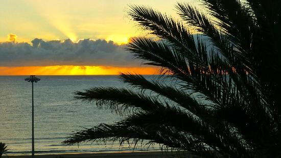 Apartamentos El Paseo: Sonnenaufgang vom Balkon
