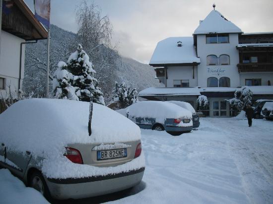 Winklerhotel Winkler: Hotel dopo una nevicata