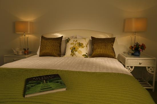 Holmwood Guesthouse: The Verandah Room's comfortable Queen size bed.