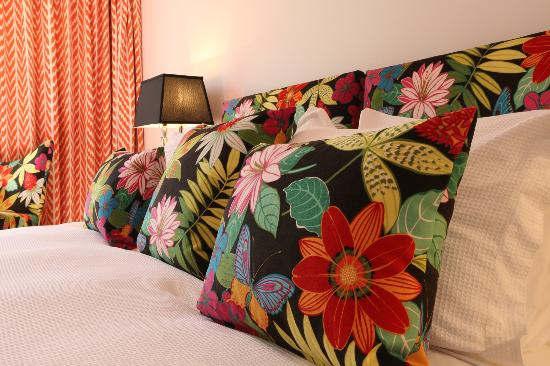 Holmwood Guesthouse: Enjoy The East Room's vibrant colours and fabrics.
