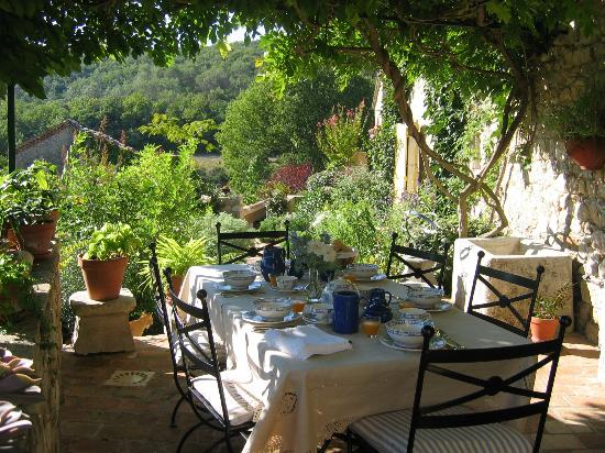 Mas Vacquieres Chambre d'Hotes de Charme : terrace for dining and breakfast
